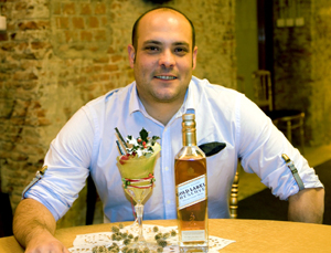 El barman de El Niño Perdido de Valladolid con su creación.