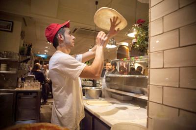 El maestro pizzero elaboró pizzas en directo durante toda la noche... ¡una tentación!